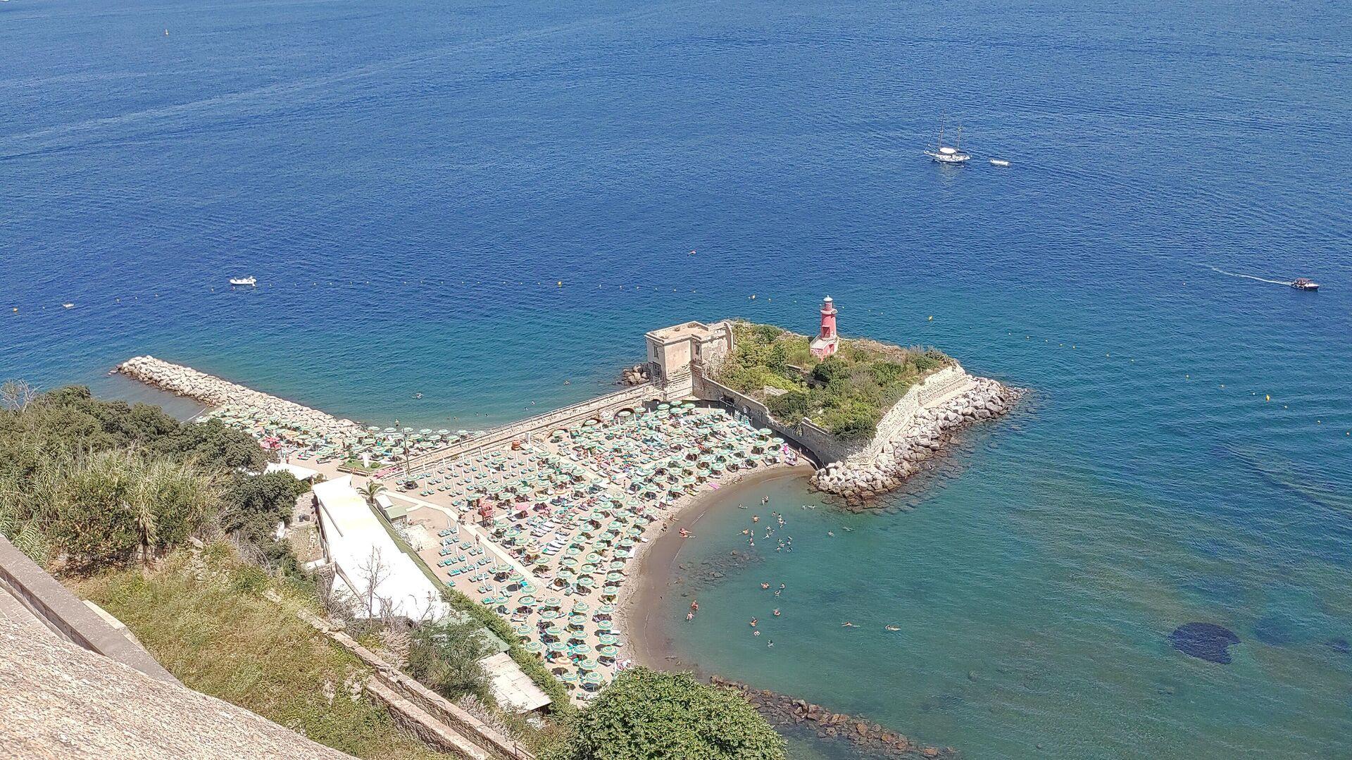 Estate spiaggia di Bacoli con ombrelloni, Napoli agosto 2021 - Sputnik Italia, 1920, 28.09.2021