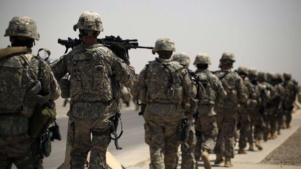 Солдаты армии США направляются к самолету на авиабазе Сатер в Багдаде, Ирак - Sputnik Italia