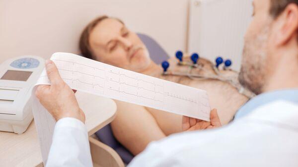 Врач изучает кардиограмму пациента  - Sputnik Italia