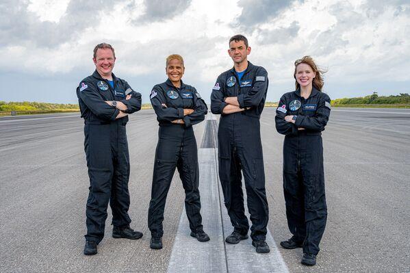 A bordo della capsula Crew Dragon, larga 4 metri, dovranno convivere il miliardario statunitense Jared Isaacman, 38 anni, fondatore e amministratore delegato della piattaforma di pagamenti digitali Shift4Payment, che ha finanziato la spedizione e invitato gli altri 3 componenti del team, tra cui Hayley Arceneaux, 29 anni, infermiera e sopravvissuta al cancro pediatrico; la divulgatrice Sian Proctor, selezionata fra gli utenti di un servizio di e-commerce e l'ingegnere aerospaziale Chris Sembroski, scelto tra i donatori di una raccolta fondi per beneficienza. - Sputnik Italia