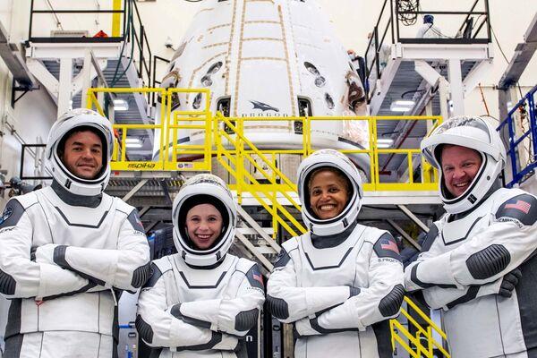 Hayley Arceneaux, nell'ultima conferenza stampa prima del lancio, si è detta entusiasta per gli studi scientifici che i quattro condurranno a bordo della Crew Dragon, per capire come il corpo umano reagisce ai viaggi spaziali. - Sputnik Italia