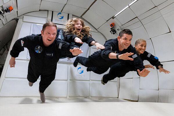 A bordo della capsula Crew Dragon ci sono il miliardario statunitense Jared Isaacman; Hayley Arceneaux, infermiera sopravvissuta al cancro pediatrico; la divulgatrice Sian Proctor, selezionata fra gli utenti di un servizio di e-commerce e l'ingegnere aerospaziale Chris Sembroski, scelto tra i donatori di una raccolta fondi per beneficienza. - Sputnik Italia