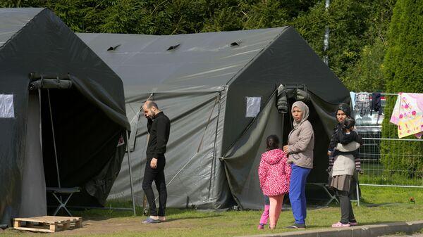 Мигранты в лагере у белорусско-литовской границы  - Sputnik Italia