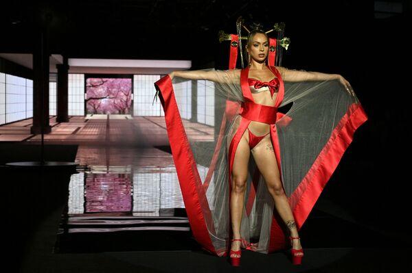 Una modella durante il Mercedes Benz Fashion Week a Madrid. - Sputnik Italia