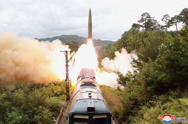 """La Corea del Nord ha dichiarato di aver lanciato con successo missili balistici da un treno per la prima volta. L'agenzia di stampa statale nordcoreana ha affermato che i missili sono stati lanciati durante un'esercitazione da un """"convoglio missilistico mobile ferroviario"""", che ha trasportato il sistema di armi lungo i binari ferroviari nella regione montuosa centrale del paese, e hanno colpito con precisione un bersaglio marino a 800 chilometri di distanza. - Sputnik Italia"""