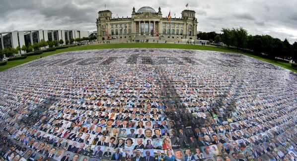 I ritratti dei politici sono collocati di fronte all'edificio del Reichstag dal gruppo della campagna '#unverhandelbar' (#non negoziabile) a Berlino, Germania, per protestare contro le violazioni dei diritti dell'essere umano alle frontiere esterne dell'Europa. - Sputnik Italia