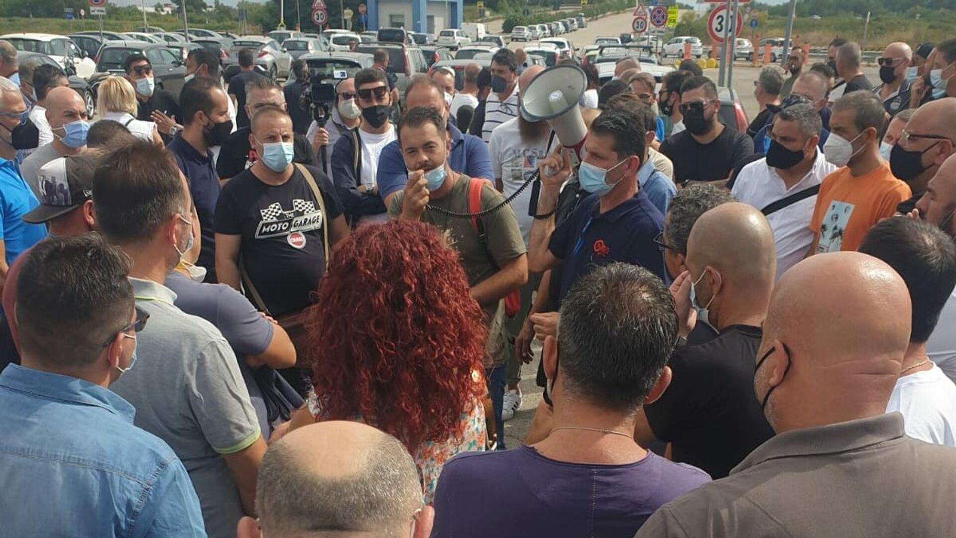 Assemblea Fiom dei lavoratori Stellantis davanti ai cancelli dello stabilimento di Pomigliano D'Arco - Sputnik Italia, 1920, 17.09.2021