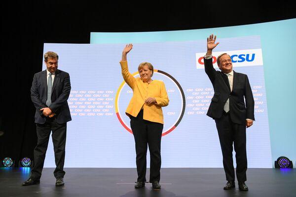 Il capo del partito della CSU, Markus Soeder, la cancelliera tedesca Angela Merkel e il primo ministro della Renania Settentrionale-Vestfalia, e candidato alla carica di cancelliere della CDU/CSU, Armin Laschet, insieme durante una campagna della CDU/CSU, in vista delle elezioni federali al Tempodrom di Berlino, Germania - 21 agosto 2021. - Sputnik Italia