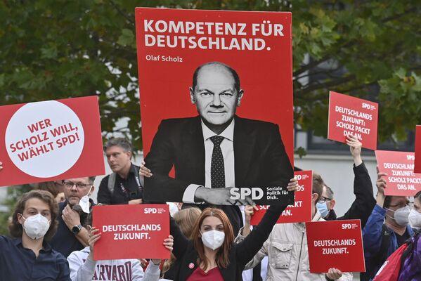 I sostenitori aspettano Olaf Scholz, ministro delle finanze tedesco, vicecancelliere e candidato socialdemocratico a cancelliere, prima di un dibattito televisivo elettorale a Berlino. - Sputnik Italia