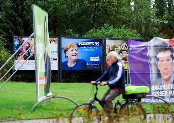 """Una pubblicità che mostra la cancelliera tedesca Angela Merkel con uno slogan che recita: """"Grazie per i 16 anni di duro lavoro"""". - Sputnik Italia"""