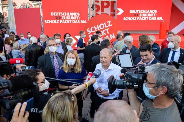 Il ministro delle finanze tedesco, vicecancelliere e candidato principale del Partito socialdemocratico, Olaf Scholz, rilascia un'intervista dopo un evento della campagna elettorale a Goettingen, in Germania - 4 settembre 2021. - Sputnik Italia