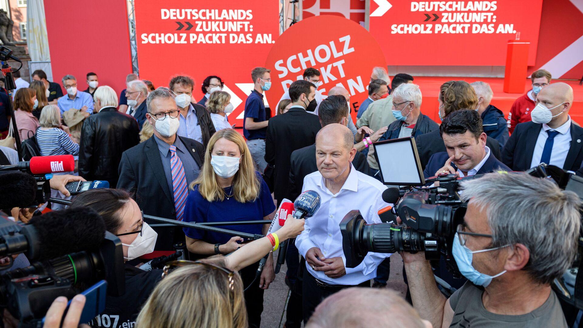 Вице-канцлер и главный кандидат от СДПГ Олаф Шольц дает интервью после предвыборной кампании в Геттингене, Германия - Sputnik Italia, 1920, 27.09.2021
