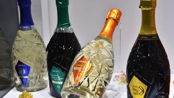 Бутылки Prosecco, выставленные во время 50-й выставки вин Vinitaly в Вероне, 2016 год - Sputnik Italia