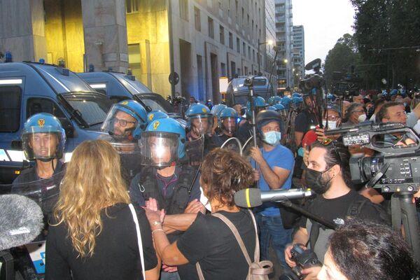 Milano, manifestazione contro il Green Pass - Sputnik Italia