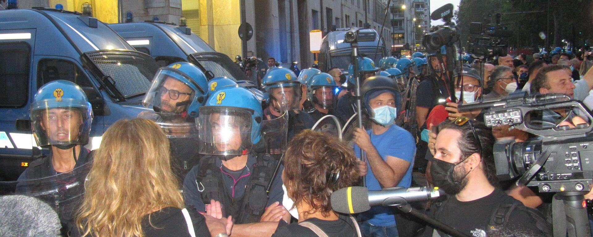 Milano, manifestazione contro il Green Pass - Sputnik Italia, 1920, 14.10.2021
