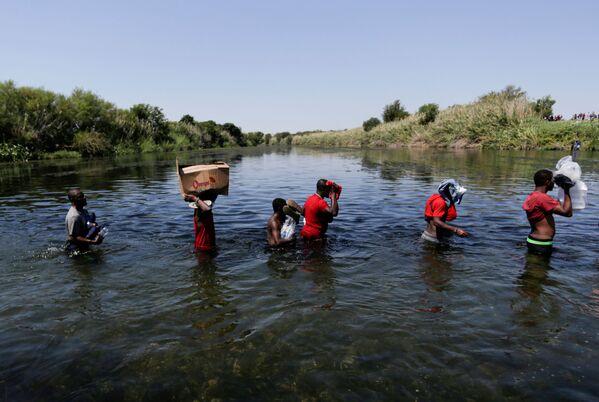 L'amministrazione di Joe Biden è nuovamente travolta dall'emergenza dei migranti che tentano di attraversare il confine dal Messico agli USA. - Sputnik Italia