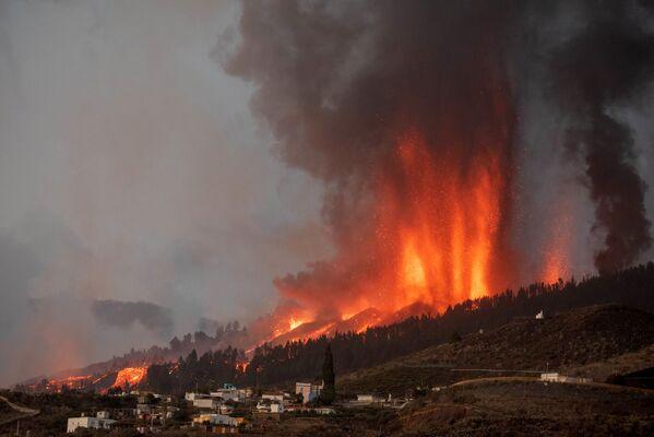 Il vulcano Cumbre Vieja, sull'isola di La Palma, alle Canarie, ha cominciato ad eruttare, provocando un'enorme colonna di fumo, a cui ha fatto seguito una colata di lava. - Sputnik Italia