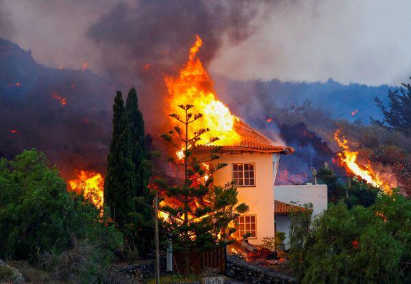 Il presidente regionale delle Canarie, Ángel Víctor Torres, ha affermato che ultime ore non sono avvenute nuove evacuazioni e non ne sono previste di ulteriori, per cui gli sfollati rimangono circa 5.000. - Sputnik Italia