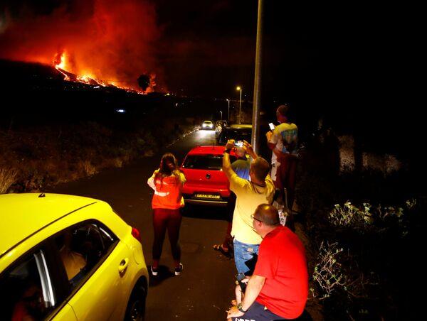 A La Palma è arrivato anche il premier spagnolo Pedro Sánchez, che ieri mattina ha avuto un incontro con persone della zona e con i responsabili delle operazioni d'emergenza. - Sputnik Italia