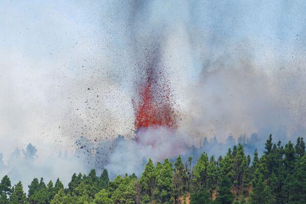 """I vulcanologi affermano che al momento non è possibile prevedere quanto durerà l'eruzione, potrebbe andare avanti per """"settimane"""" o mesi. - Sputnik Italia"""