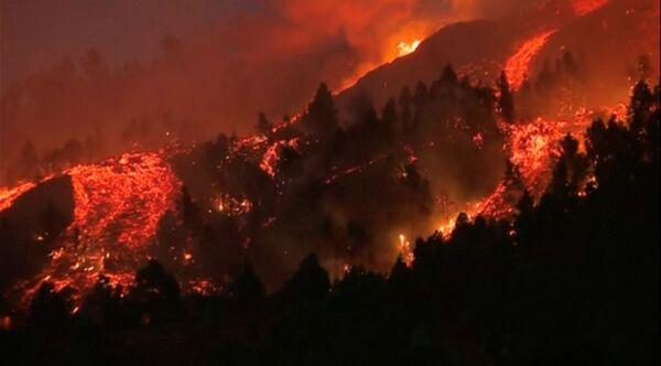 """Il vulcano Cumbre Vieja è uno dei due vulcani presenti sull'isola. L'ultima eruzione registrata a La Palma risale all'ottobre del 1971. A risvegliarsi fu il Teneguìa, l'altra vetta, dopo un """"sonno"""" durato poco meno di tre secoli. - Sputnik Italia"""