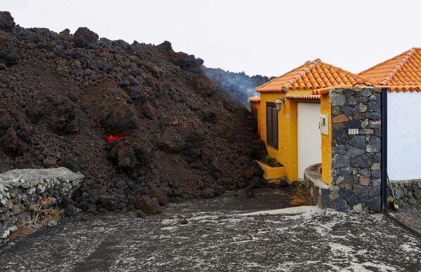 Secondo le simulazioni effettuate dal National Geographic Institute, la lava potrebbe colpire i villaggi costieri di La Bombilla e Puerto Naos. - Sputnik Italia