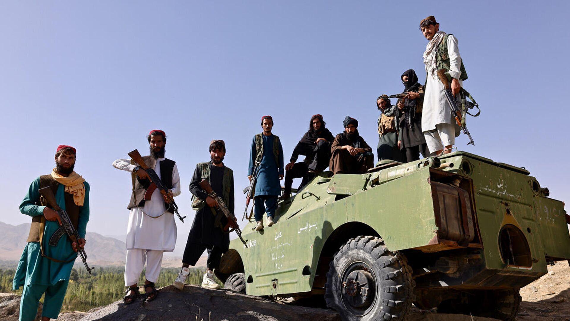 I talebani alla pietra nera, posizione strategica a Maidan Shar, con un blindato della polizia - Sputnik Italia, 1920, 04.10.2021