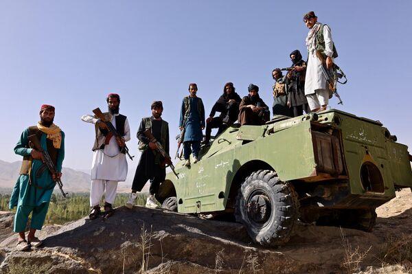 I talebani alla pietra nera, posizione strategica a Maidan Shar, con un blindato della polizia - Sputnik Italia