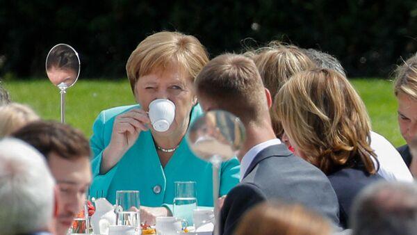 Канцлер Германии Ангела Меркель пьет кофе на мероприятии в Берлине  - Sputnik Italia