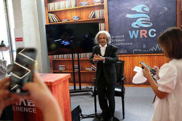 Il pubblico è rimasto fortemente impressionato da un robot creato a immagine e somiglianza di Albert Einstein. Il 'sosia' dello studioso si è rivelato molto amichevole e simpatico. Ha risposto alle domande del pubblico, facendo l'occhilino e scherzando, sempre sorridendo ai presenti. - Sputnik Italia