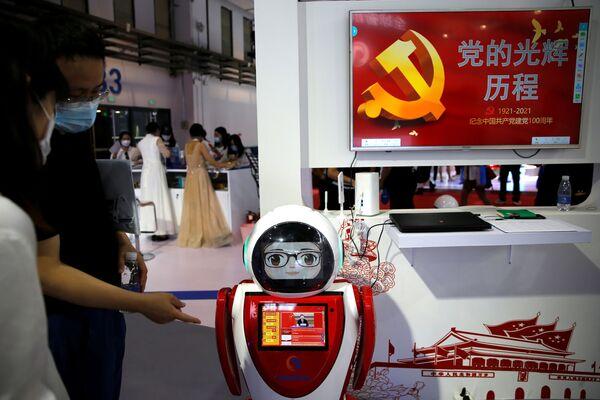 Nel corso della conferenza, sono state presentate anche creazioni 'patriottiche'. Nella foto è possibile vedere un robot-educatore, intendo a raccontare agli del Partito Comunista Cinese. - Sputnik Italia