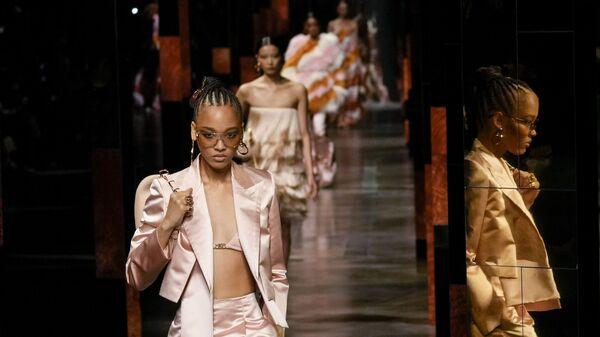Коллекция Fendi во время Миланской недели моды, Италия - Sputnik Italia