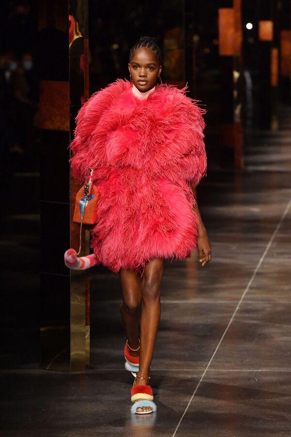 Senza contare le precollezioni, quella per la prossima primavera/estate è la quarta collezione per Kim Jones come direttore creativo del womenswear di Fendi.  - Sputnik Italia
