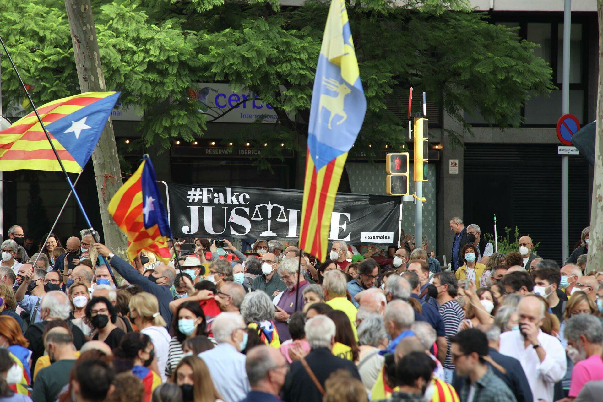 Arresto Puigdemont, manifestazioni in corso sotto il consolato italiano a Barcellona - Sputnik Italia, 1920, 24.09.2021