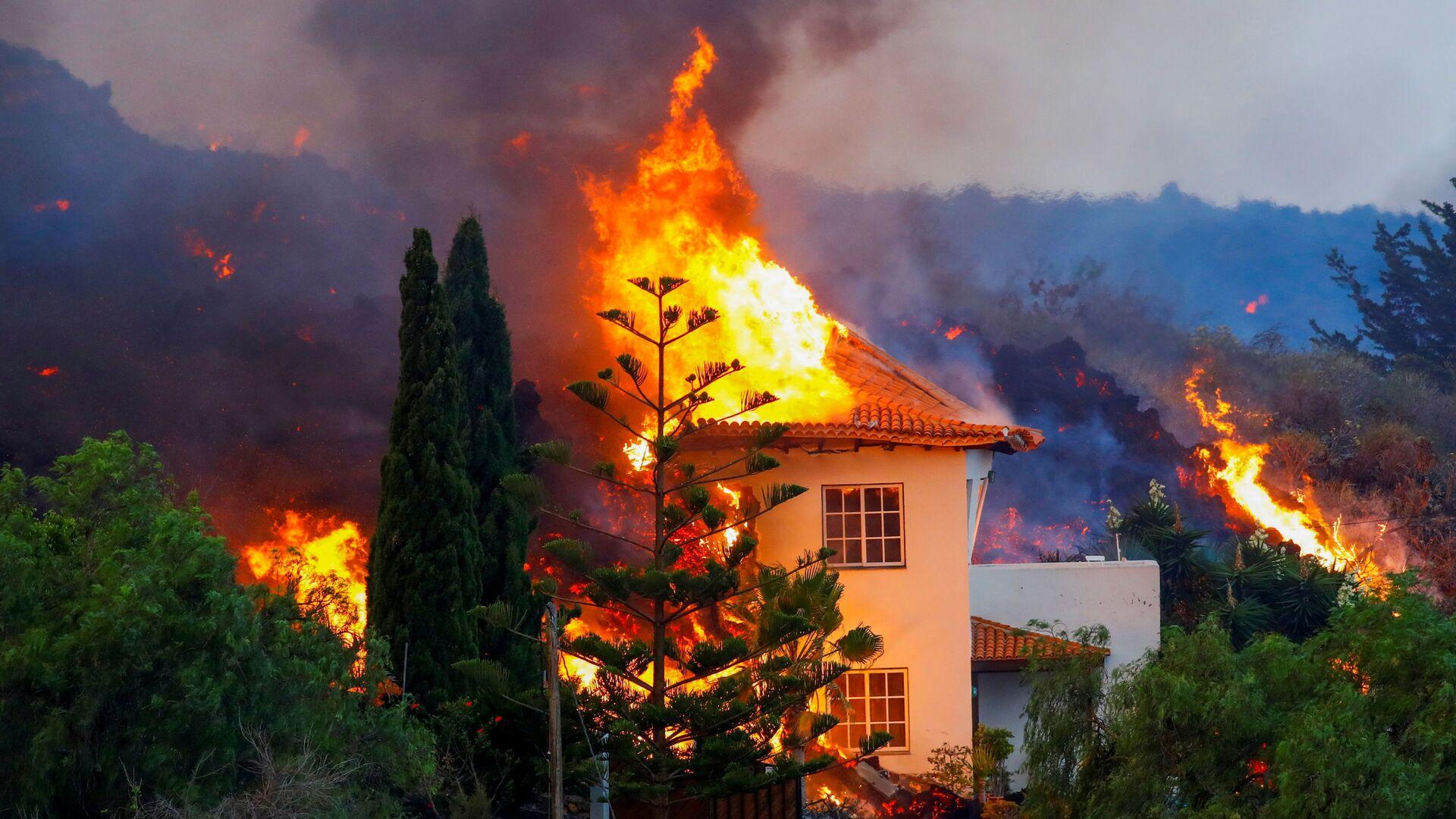 Дом горит из-за лавы в результате извержения вулкана на Канарском острове Ла Пальма - Sputnik Italia, 1920, 25.09.2021