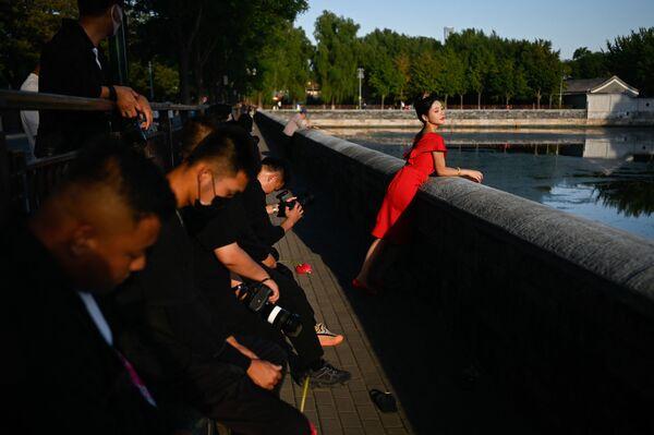 Una donna in posa per la foto a Pechino, il 22 settembre 2021. - Sputnik Italia