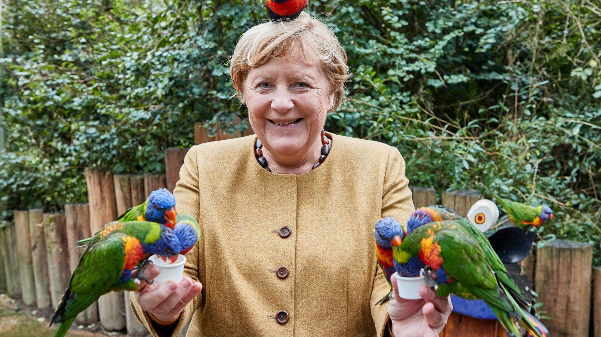 Канцлер Германии Ангела Меркель в Парке птиц в Марлоу - Sputnik Italia, 1920, 25.09.2021