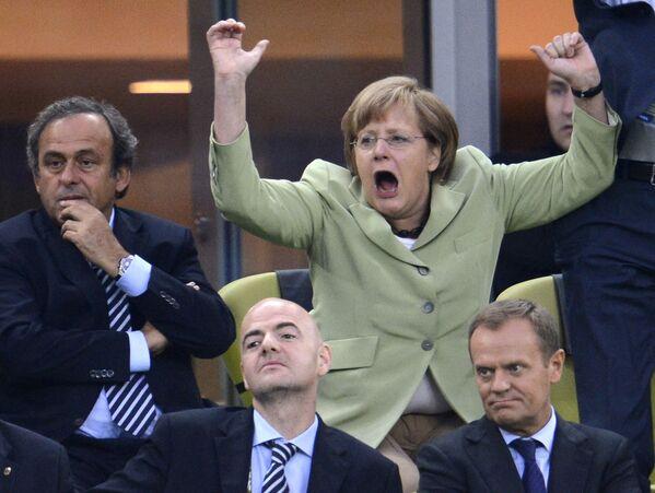 La cancelliera tedesca Angela Merkel festeggia il gol segnato da Philip Lahm contro la Grecia durante i quarti di finale di Euro 2012, il 22 giugno 2012, all'Arena di Danzica. - Sputnik Italia