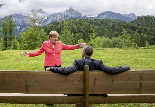 In questa foto d'archivio, dell'8 giugno 2015, la cancelliera tedesca, Angela Merkel, parla con il presidente americano, Barack Obama, durante il vertice del G7. - Sputnik Italia