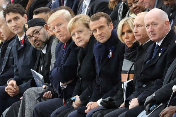 Il primo ministro canadese Justin Trudeau, il principe del Marocco Moulay Hassan, il re del Marocco Mohammed VI, il presidente degli Stati Uniti Donald Trump e la first lady americana Melania Trump, la cancelliera tedesca Angela Merkel, il presidente francese Emmanuel Macron e sua moglie Brigitte Macron, il presidente russo Vladimir Putin e il generale Peter Cosgrove partecipano a una cerimonia all'Arco di Trionfo a Parigi, l'11 novembre 2018, nell'ambito delle commemorazioni per il centesimo anniversario dell'armistizio dell'11 novembre 1918, che pose fine alla prima guerra mondiale. - Sputnik Italia