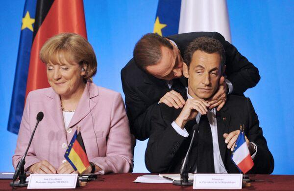 Il presidente francese Nicolas Sarkozy, la cancelliera tedesca Angela Merkel e il primo ministro italiano Silvio Berlusconi partecipano alla conferenza stampa finale a Prigi, al termine della riunione di lavoro per elaborare i propri pacchetti di salvataggio per banche e finanziarie in difficoltà - 4 ottobre 2008 - Sputnik Italia