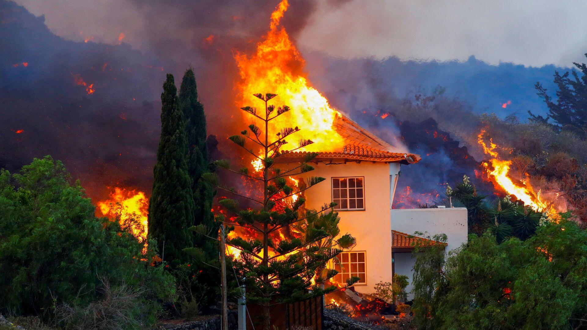 Lava del vulcano Cumbre Vieja divora una casa privata a La Palma, Canarie - Sputnik Italia, 1920, 27.09.2021