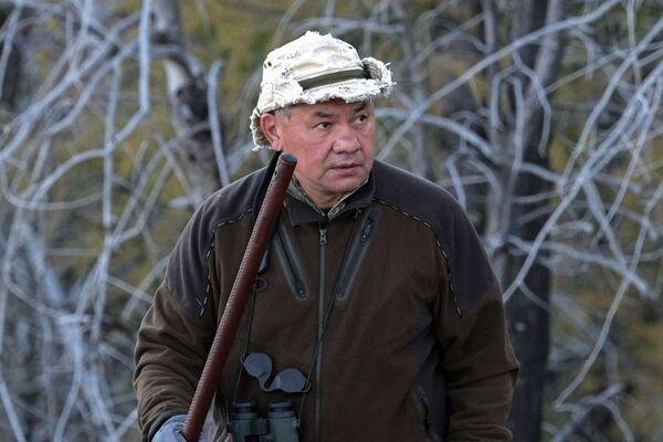 Ministro della Difesa russo Sergey Shoigu durante il viaggio in taiga - Sputnik Italia