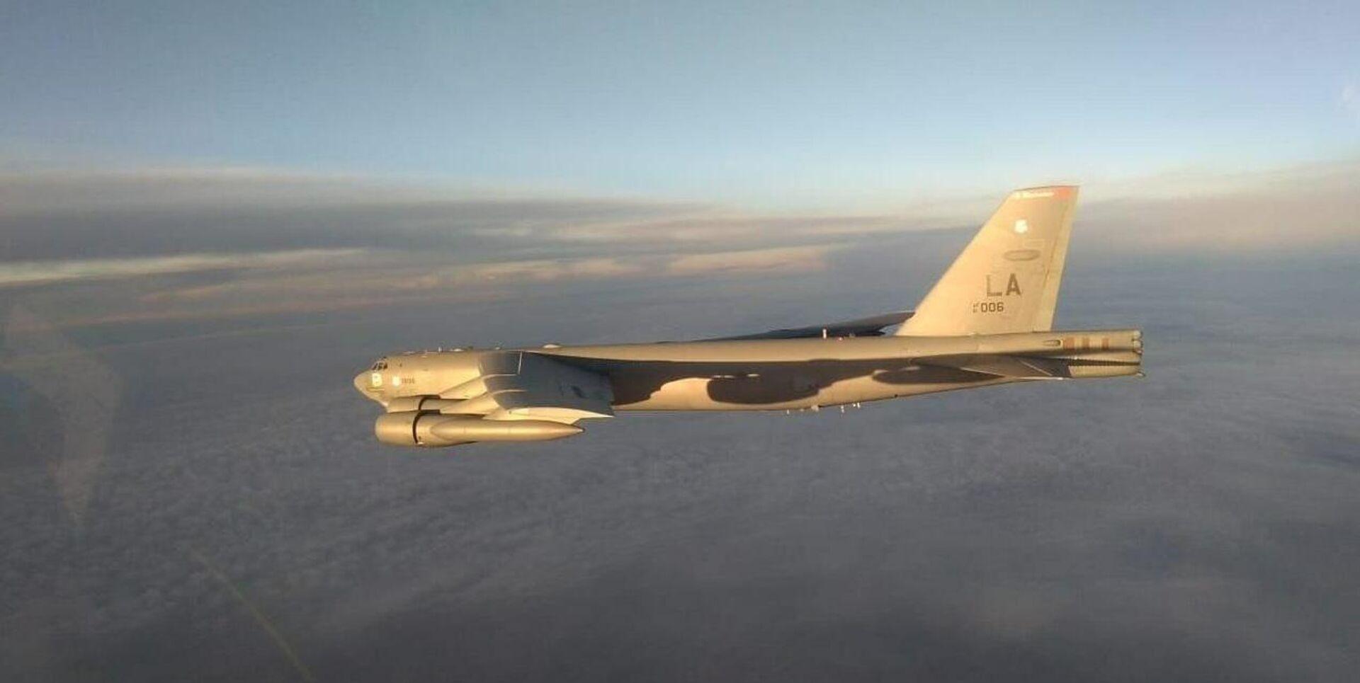 Три истребителя Су-35с сопроводили стратегический бомбардировщик В-52Н ВВС США, который приближался к границам РФ в Тихом океане - Sputnik Italia, 1920, 26.09.2021