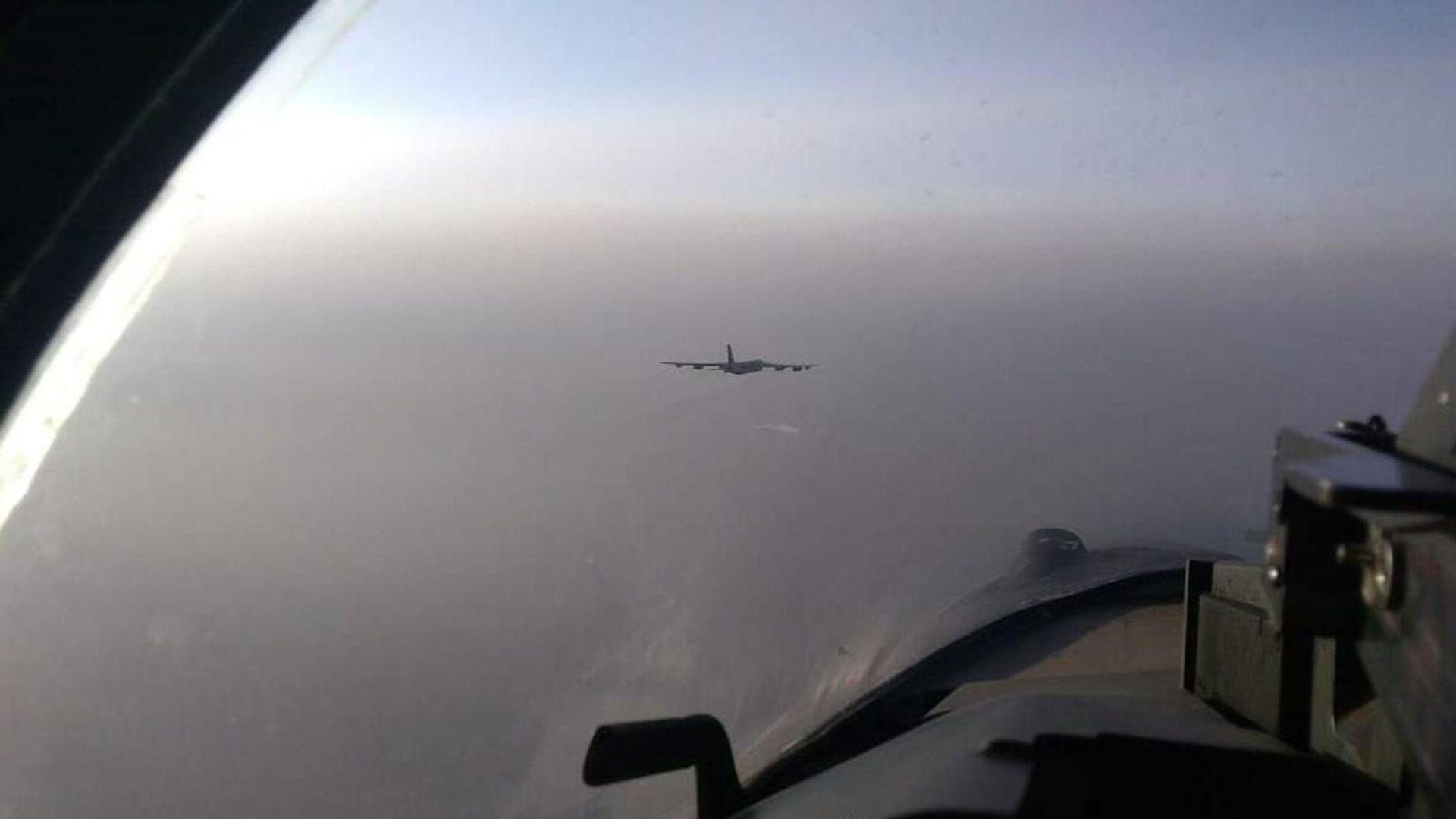 Caccia Su-35 scortano bombardiere americano avvicinatosi allo spazio aereo russo - Sputnik Italia, 1920, 26.09.2021