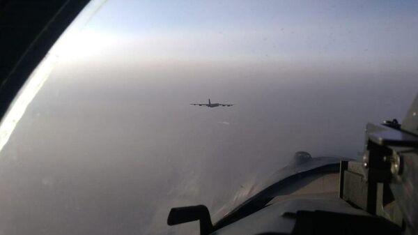 Три истребителя Су-35с сопроводили стратегический бомбардировщик В-52Н ВВС США, который приближался к границам РФ в Тихом океане - Sputnik Italia