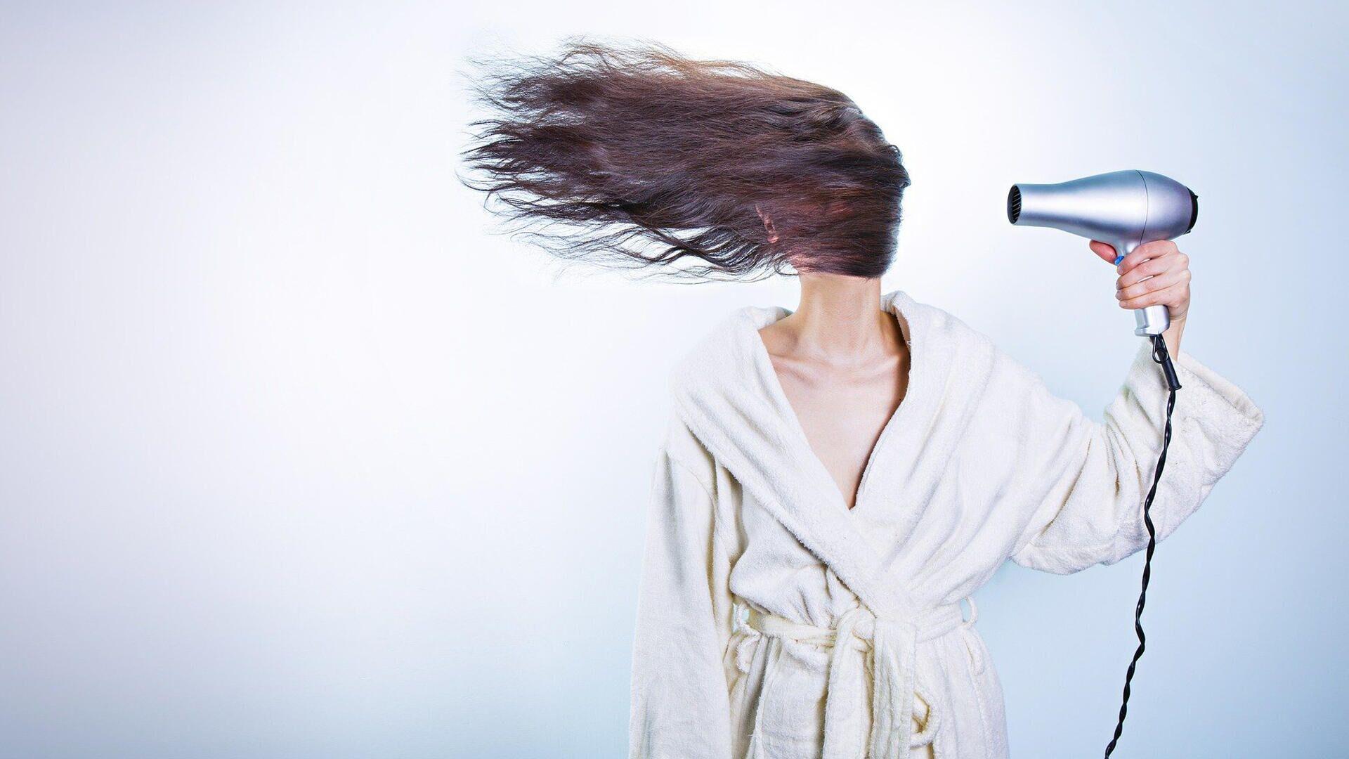 Donna che si asciuga i capelli - Immagine metaforica - Sputnik Italia, 1920, 27.09.2021