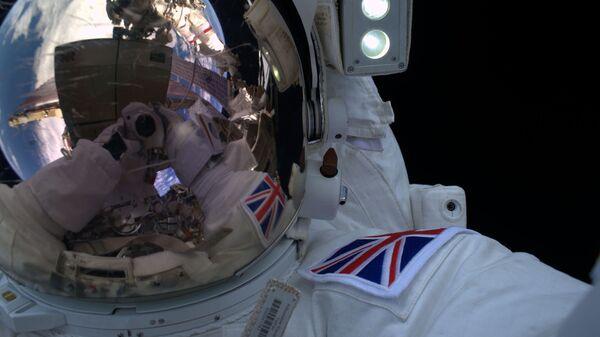 Селфи космонавта Тим Пик в открытом космосе  - Sputnik Italia