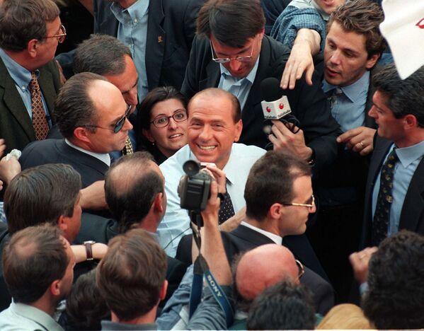 Silvio Berlusconi tra la folla, a Milano, durante la manifestazione antitasse indetta dal Polo delle Libertà - 3 maggio 1997. - Sputnik Italia