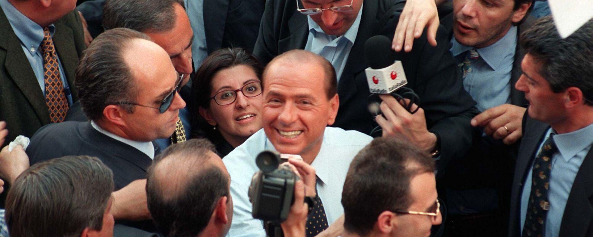 Сильвио Берлускони во время митинга в Милане - Sputnik Italia, 1920, 29.09.2021